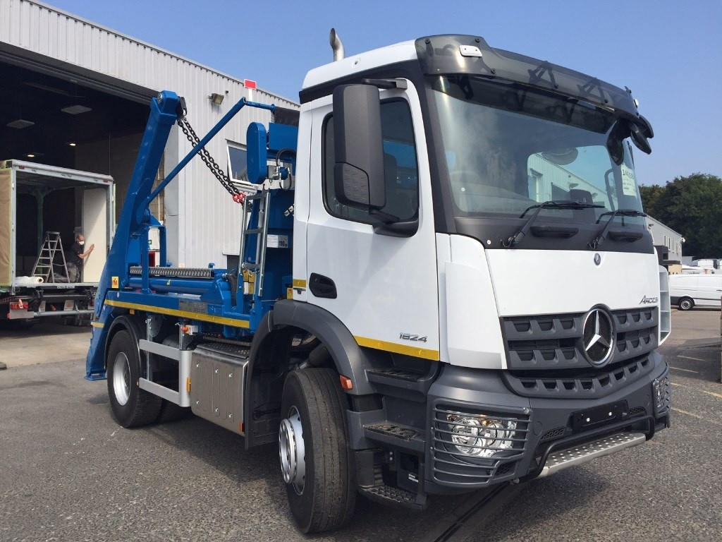 Mercedes-Benz Arocs 1832K Drawbar Spec Skip Loader